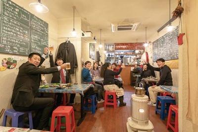 お酒のアテになるメニューが多く、男性客が多いのも特徴/ベトナム屋 DZO!