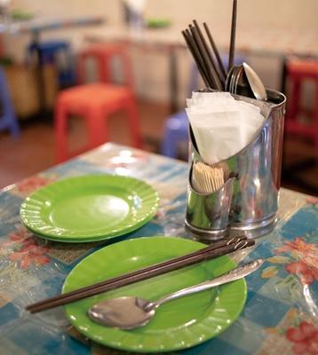 金属製の箸立てや箸、小皿などはベトナム人が普段使いするものを買い付け/ベトナム屋 DZO!