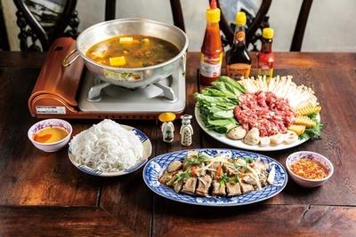 茹でアヒル肉のヌクマム生姜ダレ(1382円、手前)、山羊肉のスパイス鍋(3218円、奥)/ベトナム酒場 ビアホイ