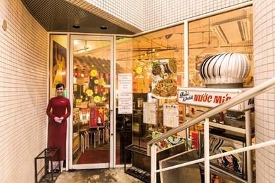 等身大のベトナム人女性のパネルが目印/ベトナム酒場 ビアホイ