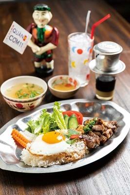 【写真を見る】ランチのコムスン(880円)。練乳が入ったベトナムコーヒー、カフェスアダー(奥右、620円)/クアンコム11