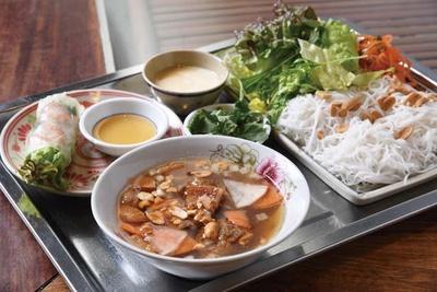麺と生春巻きセット(950円)は麺を4種から選べる/ベトナム料理 インドシナ