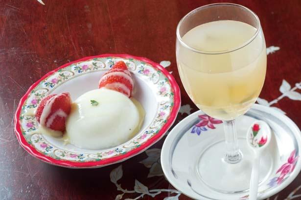 ココナッツプリンと丸ごと苺アイス(580円、左)、プルプル食感の愛玉ゼリー(380円、右)/HA LANG SON