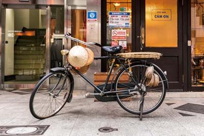 入口にはベトナムでよく見られる自転車も展示している/カムオーン