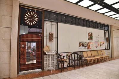 ビルの地下ながら、ベトナム製の木製ドアを備えた雰囲気ある造り/ベトナム料理 インドシナ