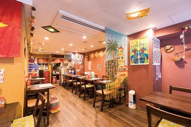 ベトナムの路地カフェをイメージした店内。ベトナム雑貨やお面などが飾られる/クアンコム11