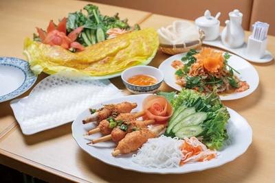 チャウ トム(900円、手前)は、レモングラスに巻いたエビ団子やベトナム風漬物と一緒にライスペーパーで/ホイアン