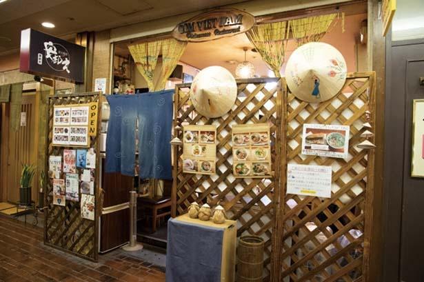 店頭には笠帽子・ノンラーが飾られる。店内はベトナム雑貨で飾り付け/コムベトナム