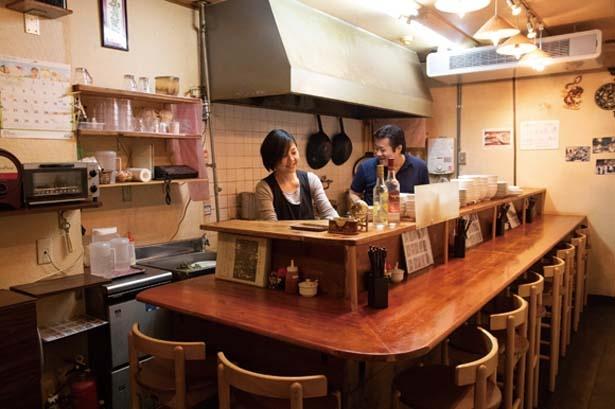 店内はカウンターとテーブル1卓で夜は貸切も多い/コムベトナム
