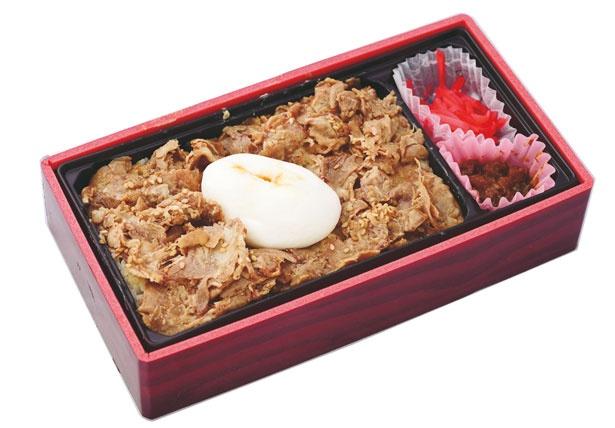 牛たんまかない丼(880円)。甘辛味の牛たんが半熟卵のコクで旨さアップ/旅弁当 駅弁にぎわい