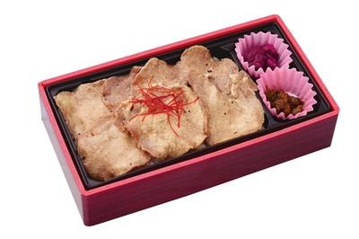 牛たん丼弁当 塩味(1080円)。仙台名物・牛たん専門店の味が小さなボックスにギュッ/旅弁当 駅弁にぎわい