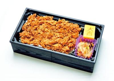 「炭火焼肉たむら」特製 牛カルビ弁当(1000円)。ご飯をおおい隠すほど牛カルビがたっぷり!/GRAND KIOSK