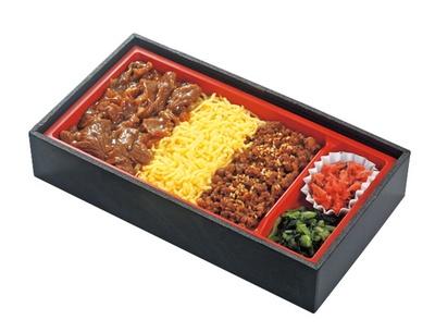 近江牛 焼肉とそぼろ重(1310円)。近江牛の焼肉とそぼろ異なる食感を食べ比べ/DELICA STATION