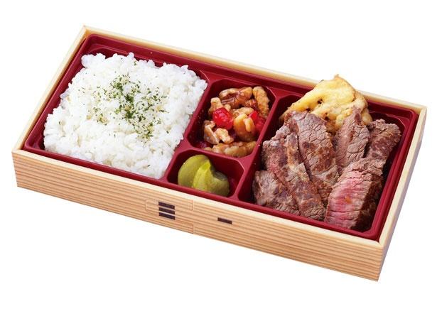 【写真を見る】新神戸駅限定 ステーキ弁当(1300円)。乗る直前に購入したい焼きたてステーキ弁当/淡路屋コンコース2階売店