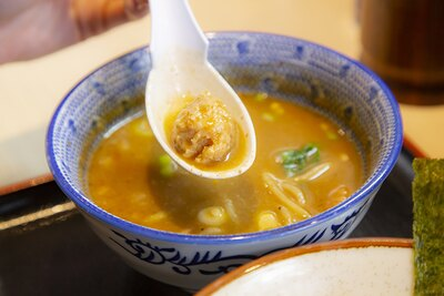 豚骨や鶏ガラなどを12時間強火で炊いたスープは旨味たっぷり