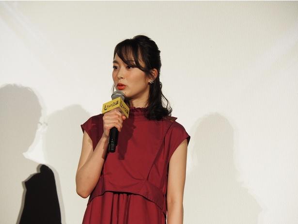 及川演じる課長とナイスコンビの女性社員を演じた朝倉あき