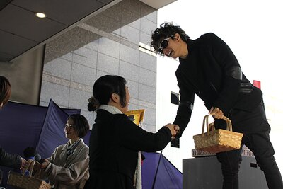会場で選ばれた10人のファンへキャスト2人から埼玉名物「草加せんべい」のプレゼント