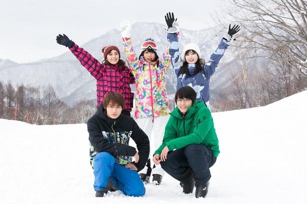 雪山でロケを楽しんだ野村周平、矢作穂香、桜井日奈子、福本莉子、佐藤寛太(左下から時計回り)