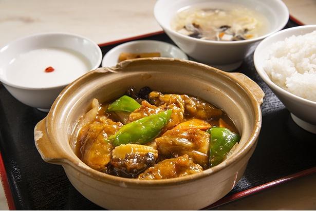 「華錦飯店 新館」の海鮮ランチ(600円。平日のみ)。土鍋で登場する週替りの海鮮料理にラ イス、スープ、漬物、杏仁豆腐付き。こ の日のメインは広島カキと豆腐の煮込み