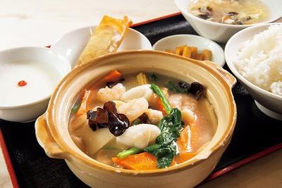 週替りランチの内容に、本日の点心を プラスした定食は常時各種¥800。いつでも終日この価格! 写真は一番人気の海鮮と豆腐の煮込みセット