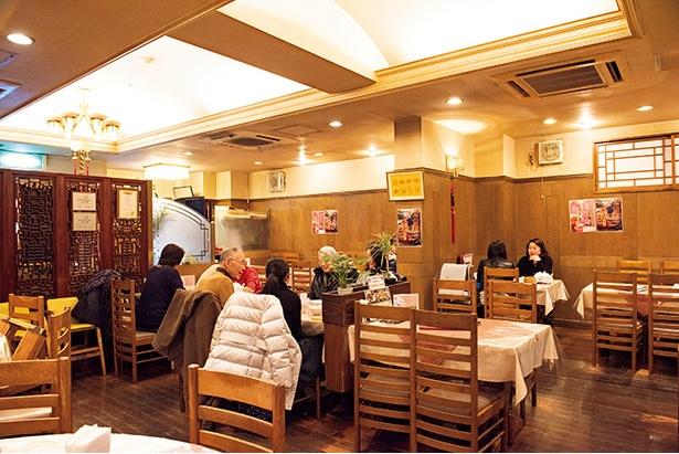ゆったり食事ができる店内。カップルやファミリーなど幅広い層にファンを持つ