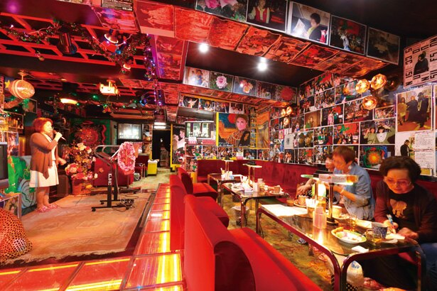 インパクト大のアート作品が鮮やか。壁にはお客さんが写った記念写真もあった/「パブレスト 百万ドル」