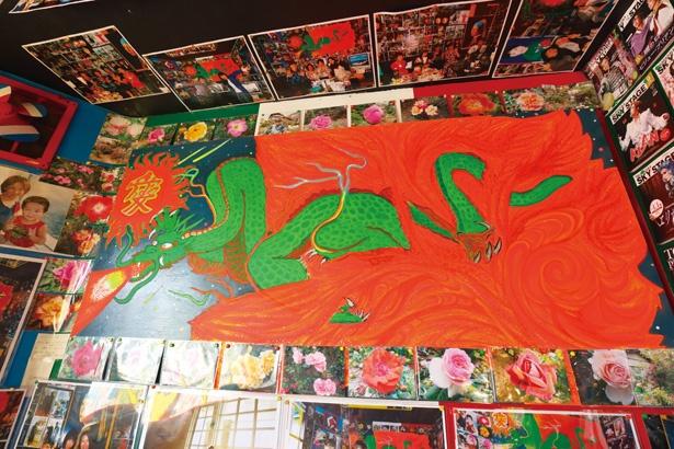 「突然絵の発想が降りてくる」とマスター。この絵の題名は「愛の龍」/「パブレスト 百万ドル」