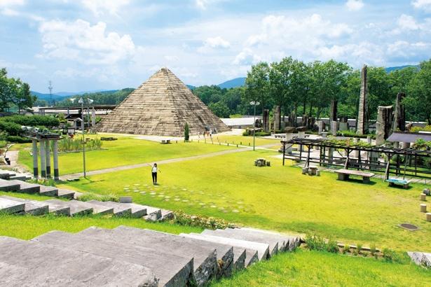 蛭川産の御影石5500トンを積み重ねて造られたピラミッド。高さ15m、一辺23m