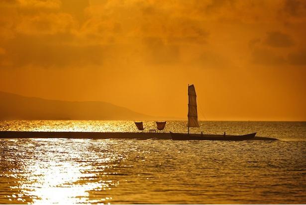星のや竹富島 / 「サンゴ砂の島夕日ツアー」。島までは琉球の伝統的な木造船・サバニで向かう