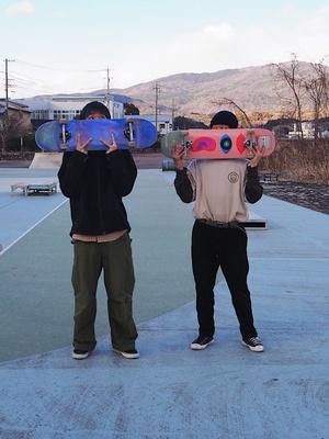 同じポーズを決めるMioさん(左)とTakafumiさん(右)