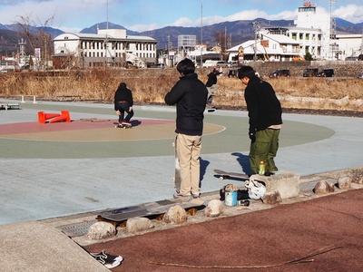 壮大な自然をバックにスケボーができる「中津川スケート広場」