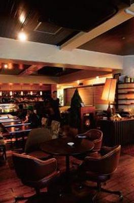 デザイン違いの家具を並べ、自分の部屋のようなくつろぎの空間/宇田川カフェ