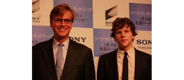 『ソーシャル・ネットワーク』の主演俳優ジェシー・アイゼンバーグ(右)と、脚本家のアーロン・ソーキンが初来日