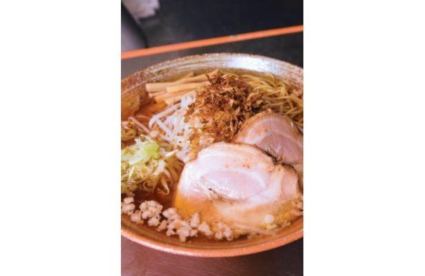 覆麺 ¥780 リンゴでラーメンにキレのある甘味をプラス。麺はしなやか。長麺になっていて、すすりがいがある/覆麺