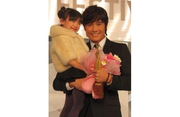 「国際ドラマフェスティバル in TOKYO 2010」東京ドラマアウォードでは、6歳の芦田愛菜ちゃんをイ・ビョンホンさんが抱き上げる微笑ましいシーンもあった