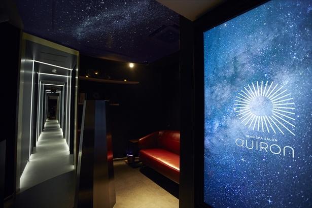 エントランスの天井にもプラネタリウムが投影されている