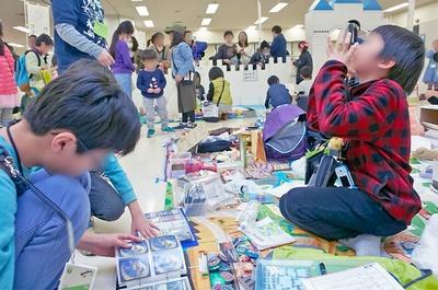 買い物できるのは小学生以下の子どもだけ。保護者は専用スペースから様子を見守る