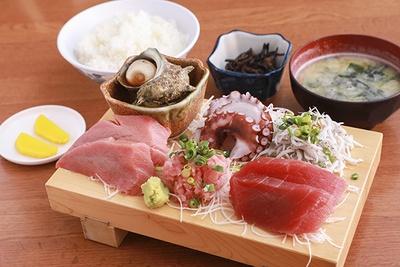 「磯料理 かねあ」の人気メニューのお刺身定食(上)(2,160円)。厚切りの刺身がたくさん