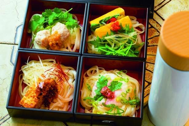 【写真を見る】うどん弁当(1800円)。松花堂弁当のような2段の重箱に入っていて、彩りも鮮やか/UDON MAIN