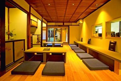 築100年以上の京町家の風情を残しつつ、モダンなスタイルに改装。1階は坪庭を眺めながらゆったり過ごせる/UDON MAIN