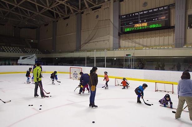 アイスホッケー体験の様子。慣れないスケート靴に子どもたちは苦戦!