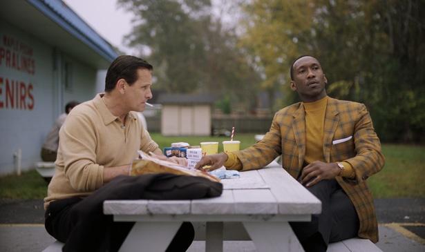 旅先で愛する妻への手紙を書くトニー(写真左)にドクター(写真左)は…
