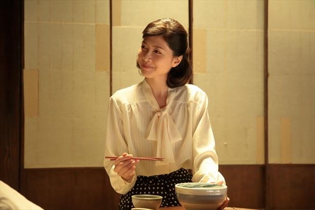 【写真を見る】咲姉ちゃん(内田有紀)。どんぶりを持つ姿も美しい!