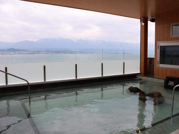 薄雪を被った比良山系と琵琶湖が望める露天風呂(男湯からの眺め)