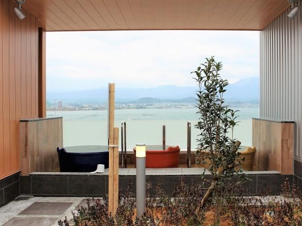 ゆっくりと琵琶湖を眺めながら一人でのんびりできる「壺湯」