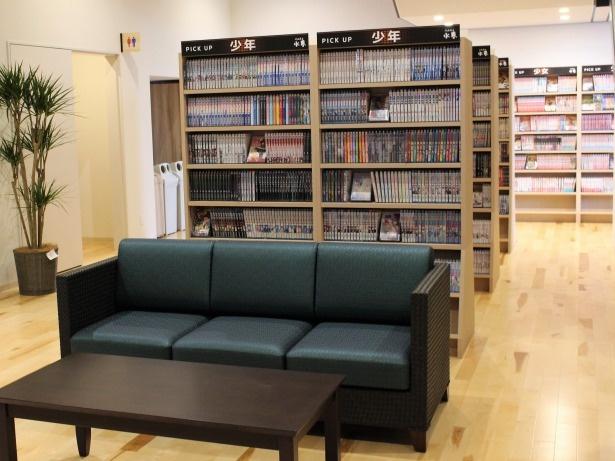 1階にあるコミックコーナー。館内に約6,000冊のコミックがそろう