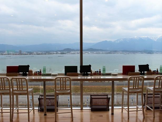 カウンター席も琵琶湖側に面している