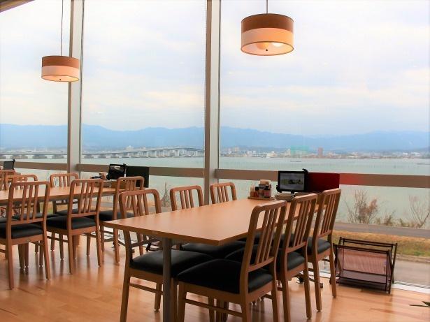 テーブル席からの眺め抜群! 家族連れやグループでの利用に便利な個室もある