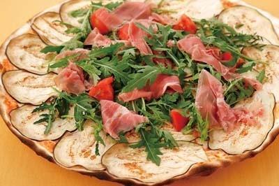 直径40cmの薄型ピザが食べられる「ケ ヴォーリア」は店名の名を冠したピッツァ(1680円/写真)も