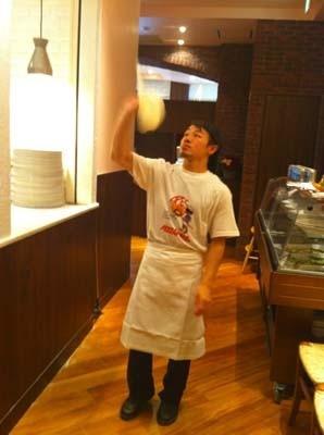 薄いピザを作るには、熟練のワザが必須!こうやって投げて薄くする
